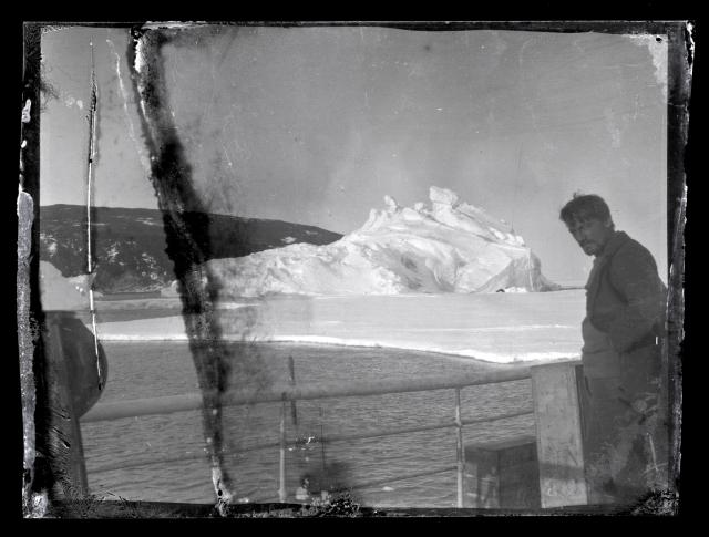 Alexander Stevens en la cubierta del Aurora, 1914-17, © Antarctic Heritage Trust, nzhatorg